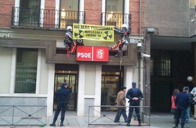 Acción de Greempeace en las sedes del PSOE y del PP